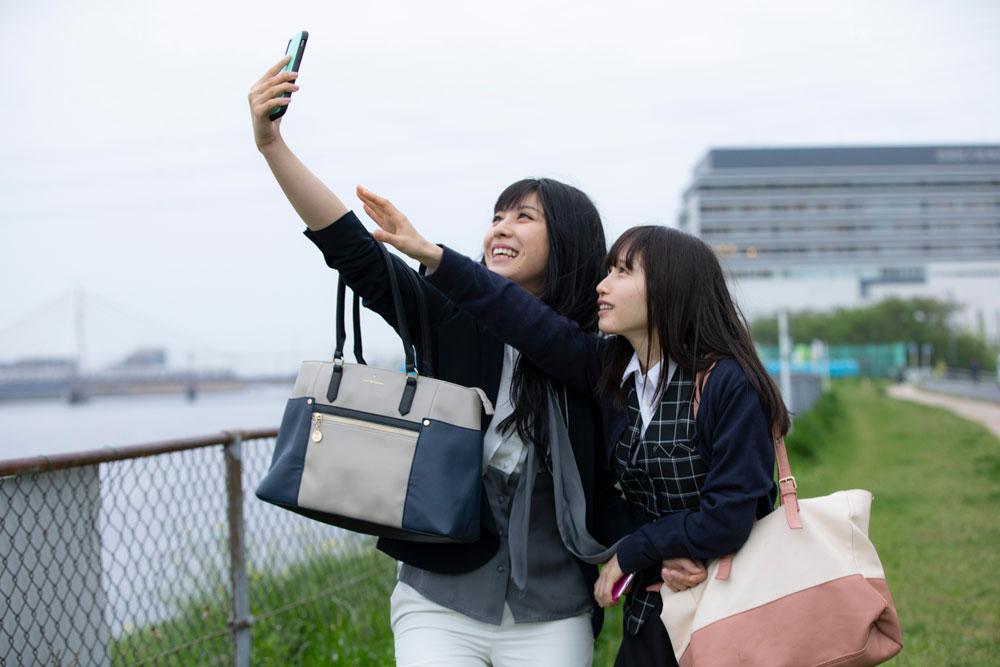 「みおり」と「田中麗美」の主演作「明日きっともっと」のDVDが発売