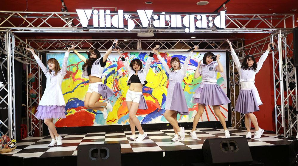 アイドルグループ「もどかしマーケッツ」、デビュー延期のもどかしさを乗り越え、ようやくお披露目ライブを開催。「やっとデビューできた」と、メンバー全員満面の笑み
