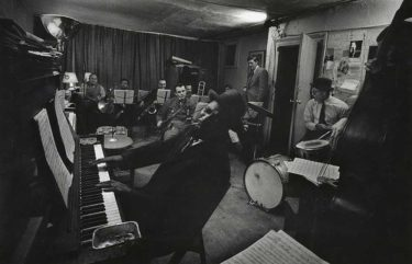 ジョニー・デップが演じた報道写真家=W・ユージーン・スミスはまた、大のジャズ・ファンでもあった。「マンハッタン6番街821番地の神話」に迫る、貴重証言続出のドキュメンタリー『ジャズ・ロフト』
